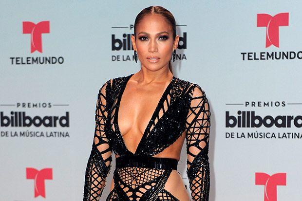 Дженнифер Лопес на Billboard Latin Music Awards ошеломила всех своим откровенным платьем