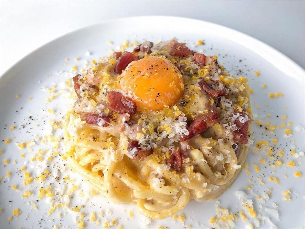 спагетти карбонара с яйцом сверху