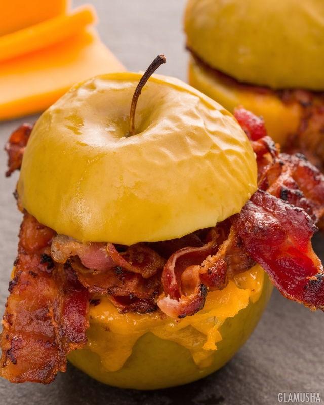 Запеченные яблоки с беконом и сыром чеддер