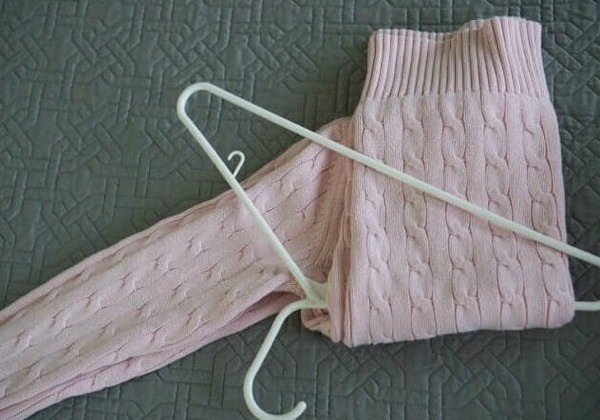 как повесить свитер на вешалку