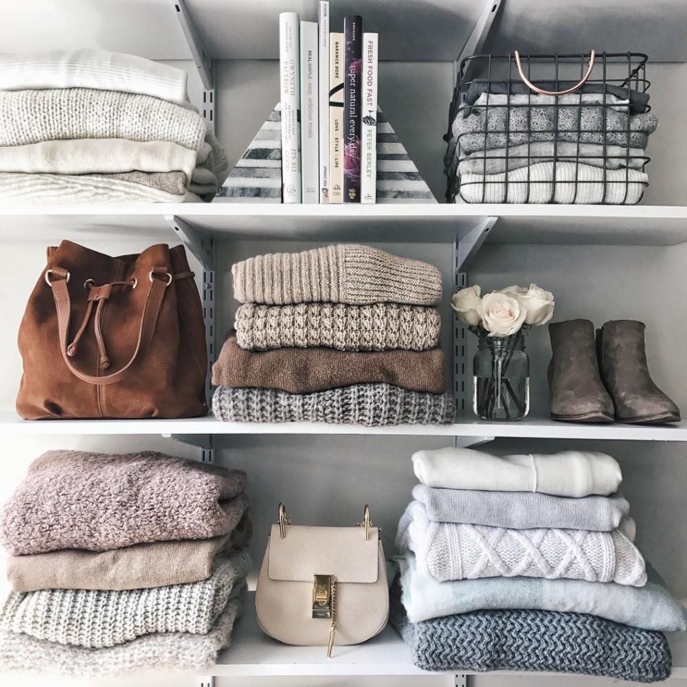 как сложить свитера в шкафу