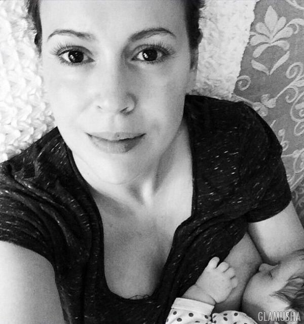 Селфи Алиссы Милано, кормящей грудью