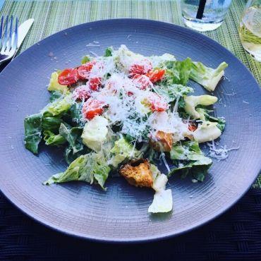 Как готовить салат цезарь с курицей, с креветками