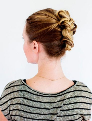 Прическа с косой для волос средней длины