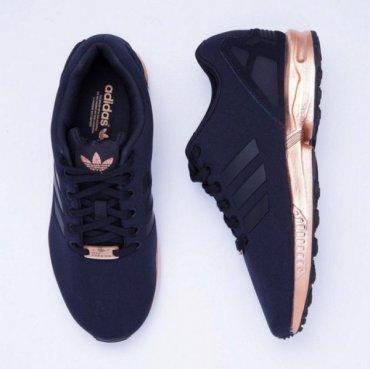Новые кроссовки Adidas бьют рекорды популярности
