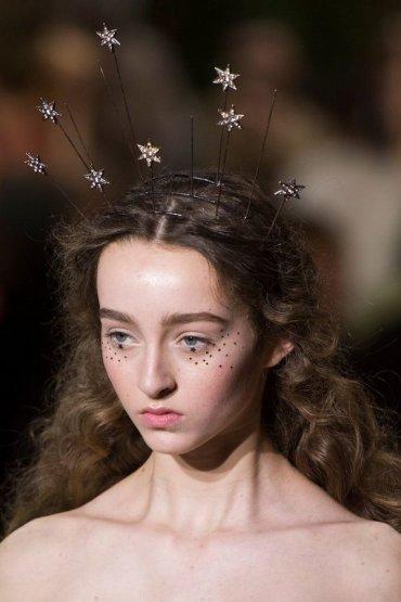 Золотые звезды-блестки: новый тренд в макияже глаз
