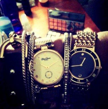 Новый тренд в украшениях: двое часов на одной руке
